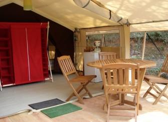 1 chambre avec lit double 1 chambre avec 2 lits simples 1 salle manger cuisine quip e. Black Bedroom Furniture Sets. Home Design Ideas